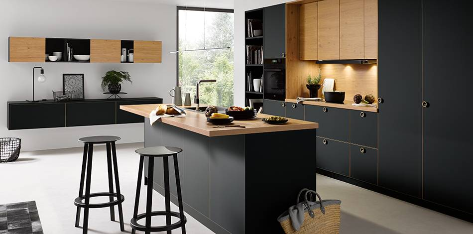 Réalisation d\'une cuisine moderne en bois couleur noir mat ...